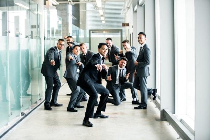 外資系オフィスの廊下で、ビジネスマンたちが指をさしてこちらを笑っている画像。