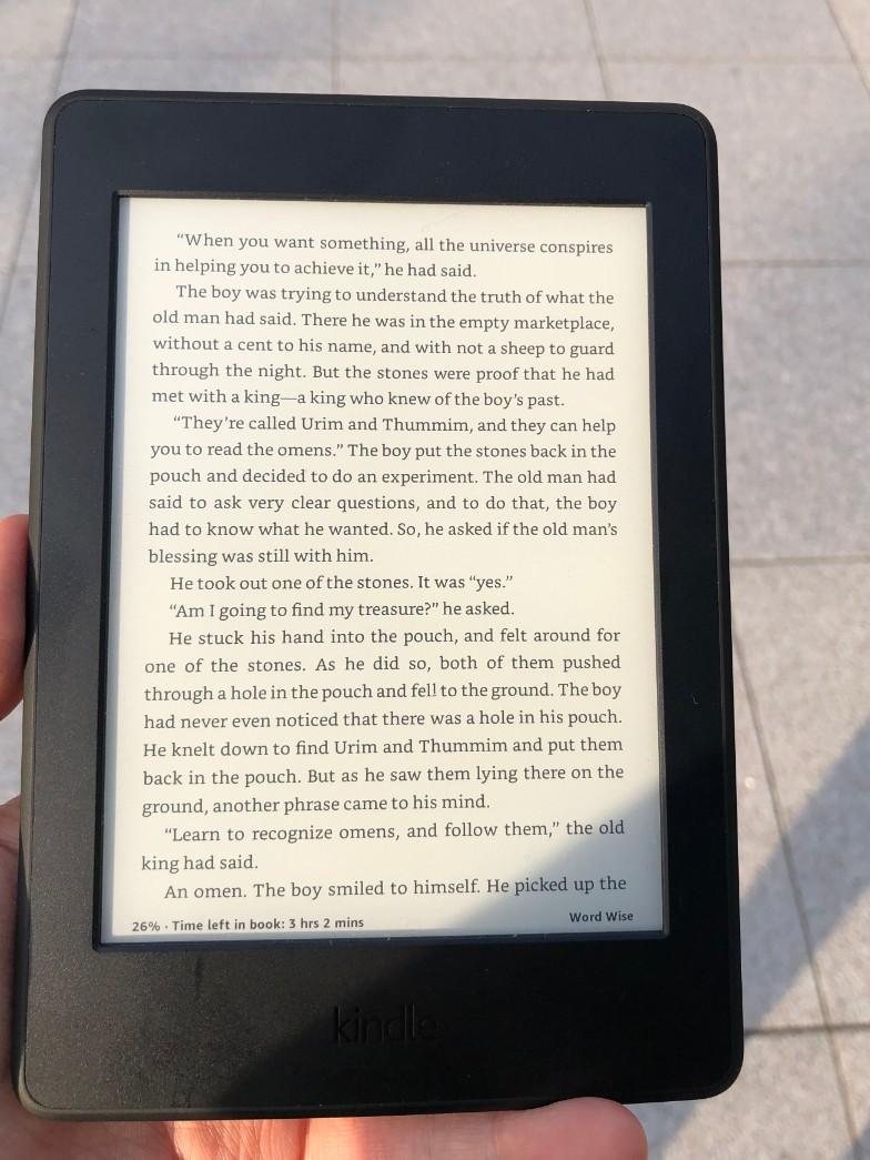 Kindle Paperwhiteは目に優しく、スマホやタブレットと比較して目が疲れない、直射日光の下でも反射しない/紙の本のように読みやすい